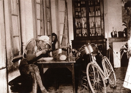 Robert Jacquinot taking a break to eat at a cafe in Hostens during stage 5, Les Sables d'Olonne – Bayonne, 3 July 1922