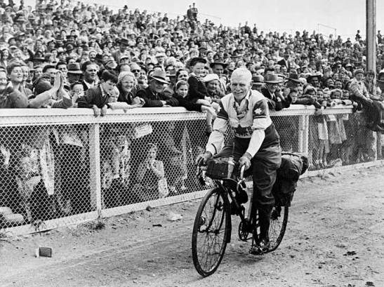 Ernie Old, aged 73, at the Melbourne showgrounds in 1947, finishing a 4000-kilometre ride to Brisbane and back.