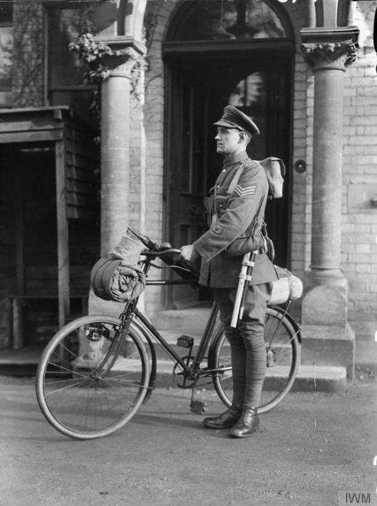 Sergeant of the cyclist battalion of the Dorset Regiment in marching order. © IWM (Q 30428)
