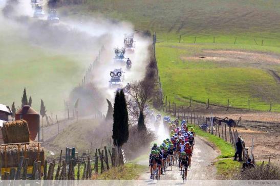 The peloton raises a cloud of dust during the Strade Bianche. © Tim de Waele