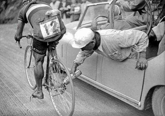 A team mechanic lubricates Gino Sciardis' chain on the fly, 1949