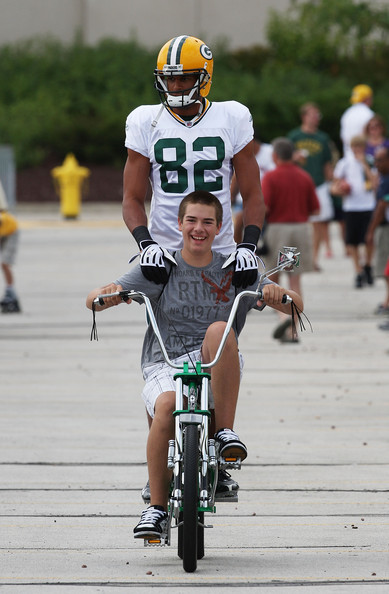 Wide receiver Ruvell Martin getting a ride from a fan, 2009. © Jonathan Daniel/Getty Images North America.